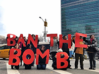 "Aktion ""Ban the bomb"" vor den Vereinten Nationen (Foto:  International Campaign to abolish Nuclear Weapons ICAN)"