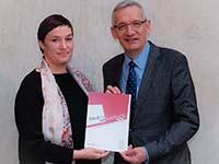 """Prof. Nicole Deitelhoff übergibt die Studie """"Frieden und Entwicklung 2020"""" an Staatssekretär Martin Jäger (Foto: Colin Gleichmann, GIZ)"""