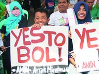 """Plakate mit der Aufschrift """"Yes to BOL"""" zeigen die Zustimmung der Bevölkerung in Cotabato Stadt zum Bangsamoro Organic Law (Foto: © picture alliance/AA)."""