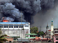 A building in Marawi is set ablaze by airstrikes carried out by the Philippine Air Force (Photo: Mark Johmel, CC BY-SA 4.0)