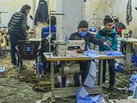 In einer alten Kleiderfabrik in Idlib werden nun Gesichtsmasken genäht. Foto: picture alliance/ZUMA Press