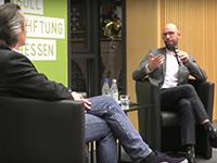 """""""Krisengespräch"""" mit Felix Anderl (Foto: YouTube, Heinrich-Böll-Stiftung Hessen)."""