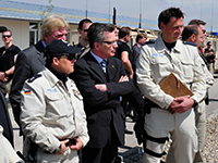 German Minister of the Interior Thomas Maiziere takes a look at German Forces assisting in the instruction of the Afghan National Police at a basic training facility in Mazar-e-Sharif | Foto: Wikipedia, Daniel Stevenson | CC BY 2.0 | http://bit.ly/2t9x0w5