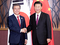 Südkoreas Präsident Moon Jae-in mit Chinas Präsident Xi Jinping am 11. November 2017 in Vietnam (Foto: picture alliance/Photoshot)