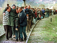 Refugees from Kosovo on their way to the then former Yugoslav Republic of Macedonia in April 1999. © picture alliance