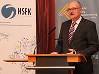 Michael Meister vom BMBF eröffnet den parlamentarischen Abend. (Foto: Petra Menke/DSF)