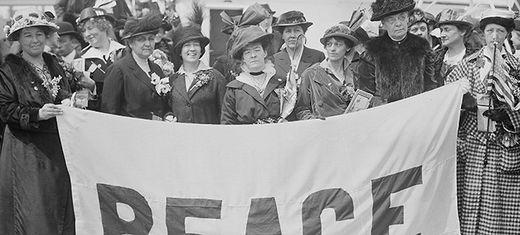 Weibliche Delegierte der Frauenfriedenskonferenz 1915 in Den Haag, an Bord der MS Noordam, April 1915 (Foto: Wikimedia Commons, Public Domain).